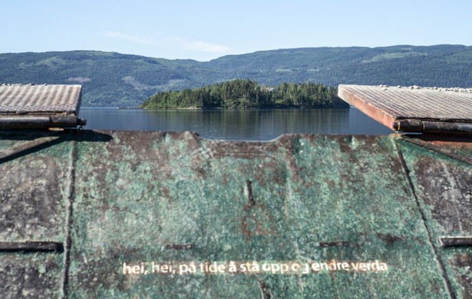STÅ OPP: Baugporten på MS Thorbjørn har slutten på Frode Gryttens dikt etter terroren på baugporten: hei, hei, på tide å stå opp og endre verda. Det står også på ryggen på alle Utøya-t-skjortene.