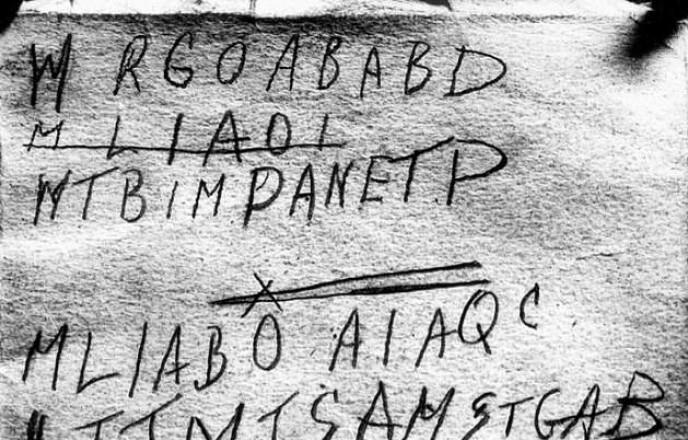 KODE: I boken var det skrevet ned flere bokstaver. Det har vært spekulert at dette er en type kode. Foto: Australian Police