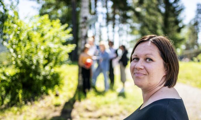 GIVENDE JOBB: Ann Helen Løvstad (36) har ansvaret for alt som skjer av arrangement på Utøya, i tillegg til å passe på blomster og planter, at hus er malt... - Vi gir unge verktøy for hvordan reagere på hatprat, hva du gjør om noen sier «jævla homo» til noen, sier Løvstad.