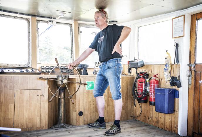 PÅ RETT KJØL: Skipper Ragnar Braata er stolt over å være en del av Utøya-flokken, og ser daglig hvordan besøk på Utøya gjør godt for store og små. - Når vi ser på kommentarfeltene på nettet, kan vi vel være enige om at det er lurt å snakke om det som har skjedd her, sier han.