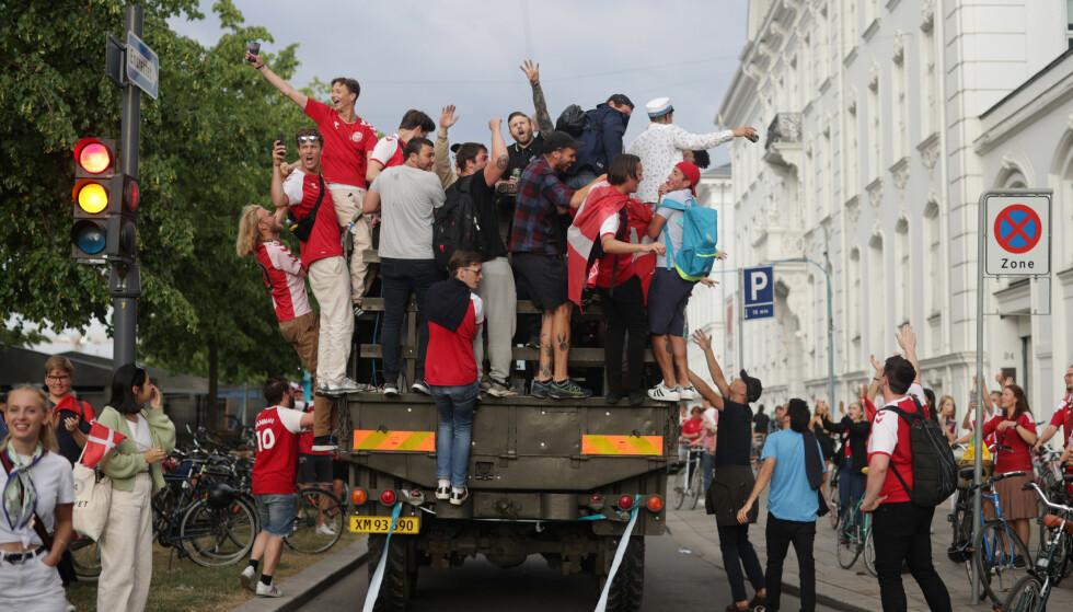 KAOS: Supportere har samlet seg på toppen av en lastebil. Foto: Reuters