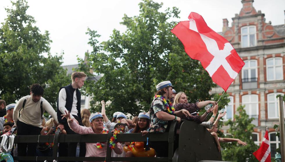 FEIRER: Danskene koser seg etter seieren mot Wales. Foto: Reuters