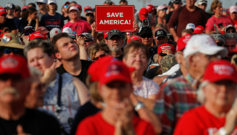 FOLKSOMT: Tusener av Trump-tilhengere møtte opp for å se den tidligere presidenten tale. Foto: Shannon Stapleton / Reuters / NTB