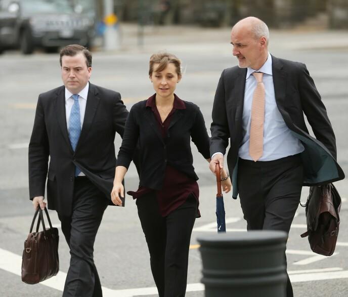 2018: Allison Mack på vei i retten med sine advokater i 2018. Foto: Jemal Countess / AFP / NTB
