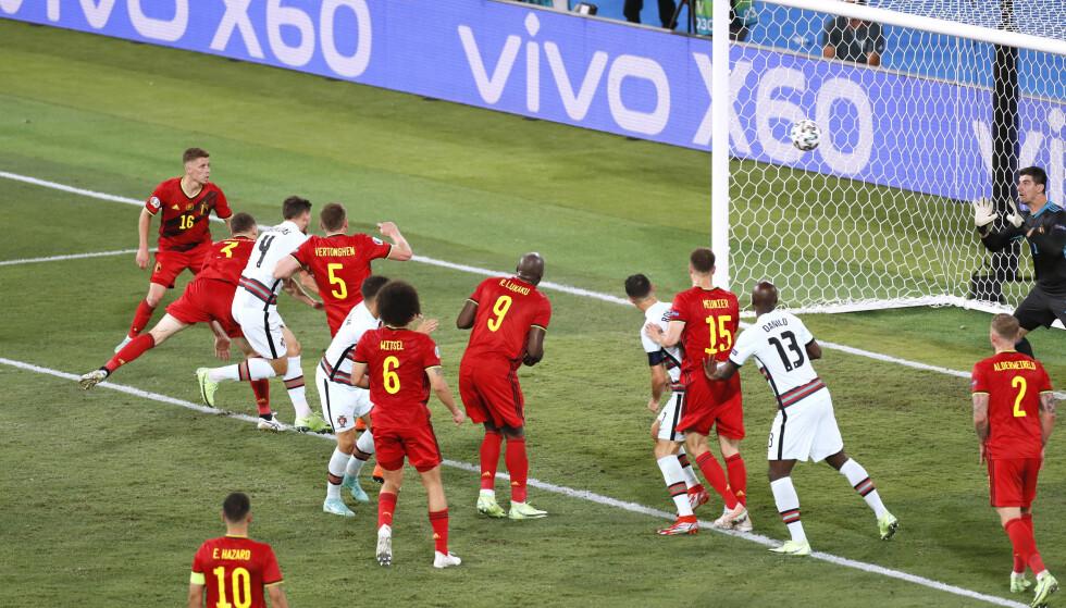 Dritto sul portiere: Ruben Diaz pugnala Thibaut Courtois, ma il Belgio vince l'incontro.  Foto: Reuters