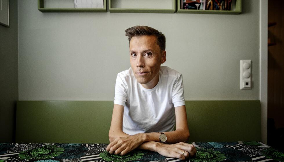 JAN GRUE: Forfatteren er snart klar med en ny essaybok, som får tittelen «Hvis jeg faller». Her er han hjemme på kjøkkenet på Grünerløkka i Oslo. Foto: Nina Hansen