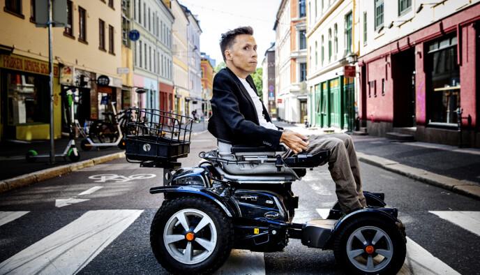 RULLESTOLBRUKER: Jan Grue pleide å foretrekke ordet rullestolbruker framfor person med funksjonsnedsettelse. Foto: Nina Hansen