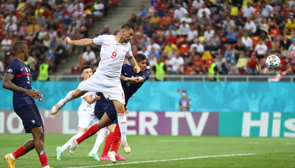 SVEVDE HØYT: Haris Seferović stanget inn 1-0 for Sveits. Foto: AFP
