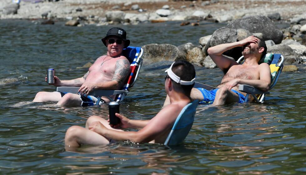 Extreme heat: Three men take refuge in the heat on Allout Lake in Maple Ridge, British Columbia.  Photo: Jennifer Gauthier / Reuters / NDP