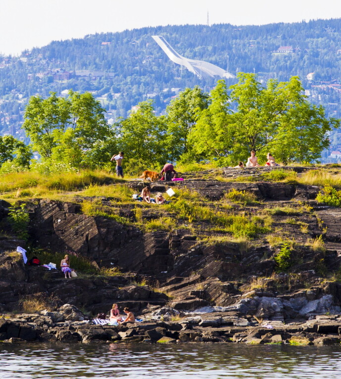 HOVEDØYA: Det er normalt at folk nyter Oslosommeren på en av de mange øyene i Oslofjorden, som her på Hovedøya. Foto: Vegard Grøtt / NTB
