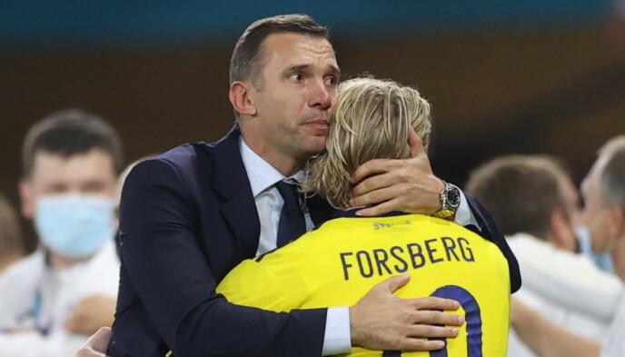VIDERE: Ukraina-sjef Andrej Sjevtsjenko ga Sveriges Emil Forsberg en klem etter kampen. REUTERS/Lee Smith