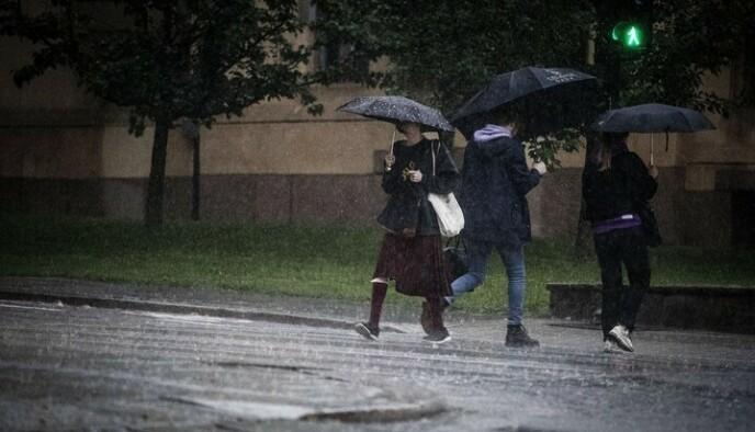 REGN: Lavtrykk fra sørøst gjør at regnet kan komme raskere enn forventet. Foto: Bjørn Langsem / Dagbladet