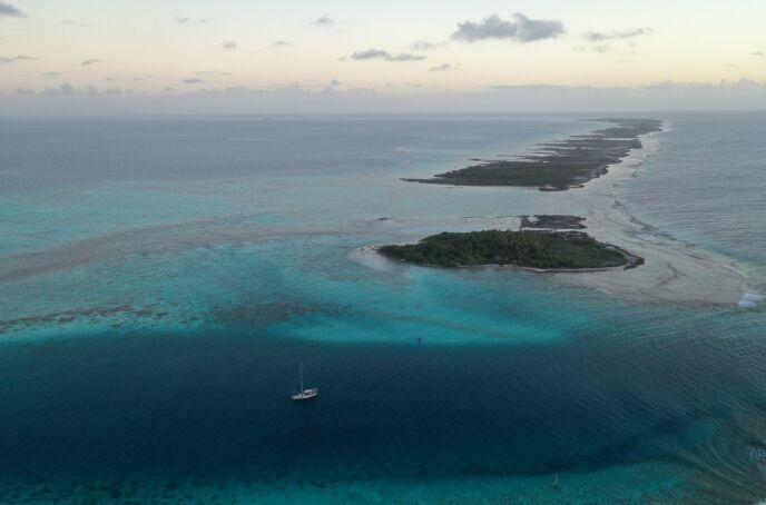 ØYA: Her lå båten til Frederik Hovmøller og Emil Rued Schleicher i 42 dager. Foto: Privat.