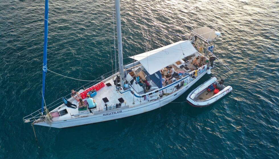 NAUTILUS: Dette er båten Nautilus som venneparet har bodd på siden 2018. De tar med eg forskjellige gjester på båten, som seiler med båten i etapper på en til tre måneder. Til nå har venneparet hatt med seg omtrent 70 gjester. Foto: Privat