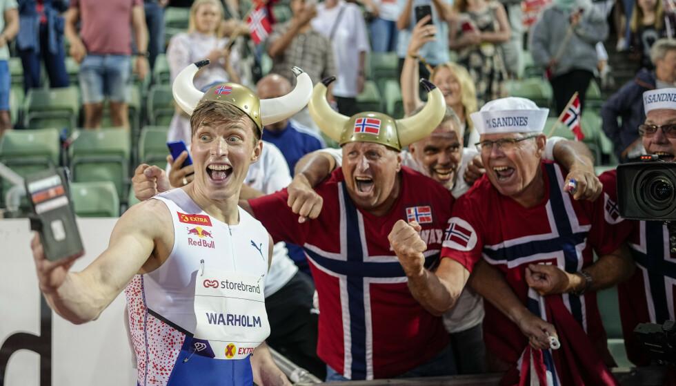 JUBELSCENER: Karsten Warholm tar selfie med supportere etter verdensrekorden var et faktum. Foto: Fredrik Hagen / NTB