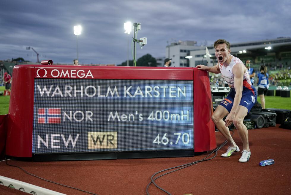 BEST I HISTORIEN: Karsten Warholm med beviset på at han er den raskeste gjennom tidene på 400 meter hekk. Foto: NTB