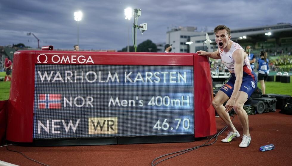 MAGISK: Karsten Warholm viser fram verdensrekord på 46,70. Foto: Fredrik Hagen / NTB