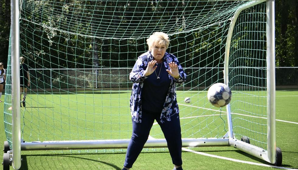 KEEPER: Erna Solberg står i mål, men slipper kanskje inn for mange baller. Her mot fotballjentene fra Hønefoss. Foto: Lars Eivind Bones / Dagbladet