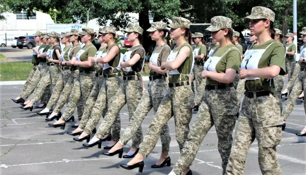 SKO-SJOKK: Dette bildet har forårsaket raseri i Ukraina. Nå snur forsvarsdepartementet på hælen etter klagestormen. Foto: Det ukrainske forsvarsdepartementet / Armija Inform