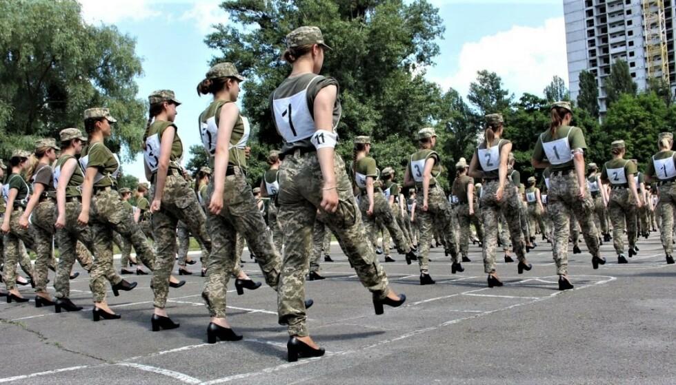 KREVENDE: Når kvinnene skal marsjere i paraden, må de heve beinet 10 til 15 centimeter opp fra bakken iført høyhælte sko. Foto: Det ukrainske forsvarsdepartementet / Armija Inform