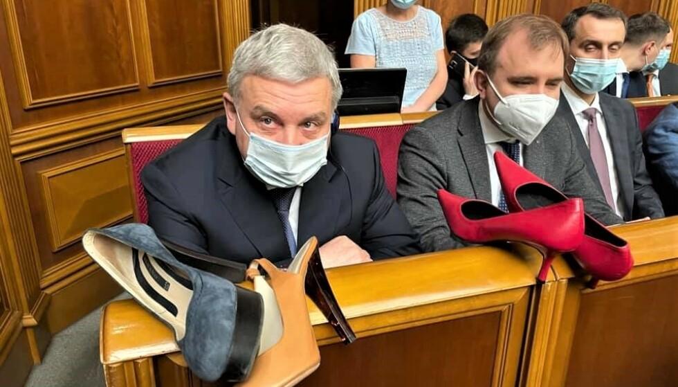 SKOR SEG: Den ukrainske forsvarsministeren Andrij Tarin ble gjenstand for en skodemonstrasjon i det ukrainske parlamentet. Foto: Irina Gerasjtsjenko