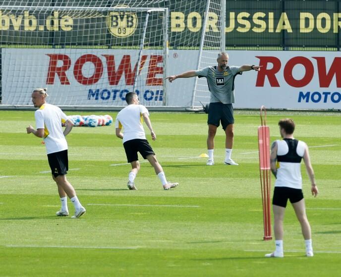 PÅ FELTET: Marco Rose ledet sin første trening med ball søndag formiddag. Foto: Reuters / NTB