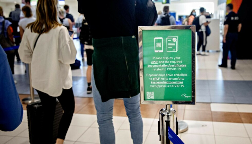 RHODOS: Diagoras Airport klokka 17 mandag: Løsningen står på det grønne skiltet. Ha klart coronapasset og innreiseskjema til Hellas. Foto: Nina Hansen / Dagbladet.