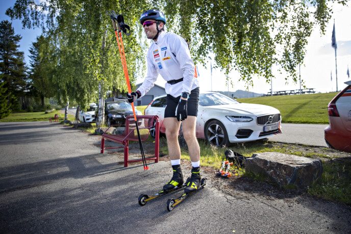 BEDRE: Emil Iversen tar på seg rulleskia på landslagssamlinga på Birkebeinerstadion på Lillehammer. Foto: Bjørn Langsem / Dagbladet