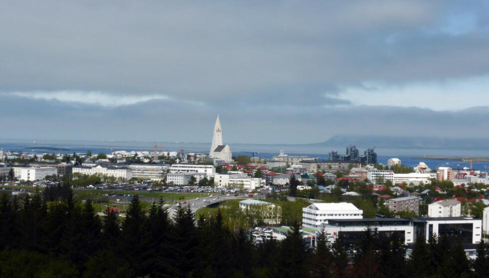 TAR NYE GREP: Oversiktsbilde over byen mot havnen og Hallgrímskirkja.Foto: Berit Keilen / NTB