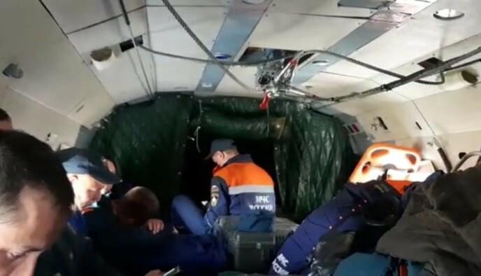 PÅ VEI: Redningsmannskaper er på vei til området hvor flyet mistet kontakt med kontrolltårnet. Foto: Russisk redningstjeneste
