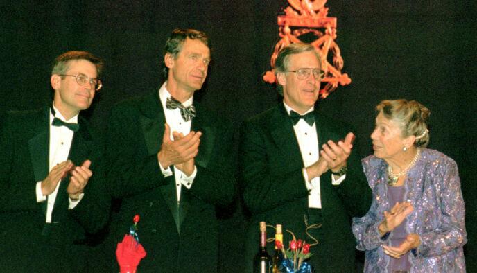 FLYULYKKE: John Walton (i midten) omkom i en flyulykke i 2005. Her i 1997 med brødrene Jim og Rob, samt mora Helen. Foto: Spencer Tirey / AP Photo / NTB