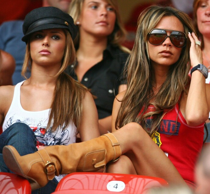 STJAL RAMPELYSET: Her er Victoria Beckham under VM i 2006 sammen med Cheryl Tweedie i Nuremberg. Foto: Kai Pfaffenbach / REX / NTB