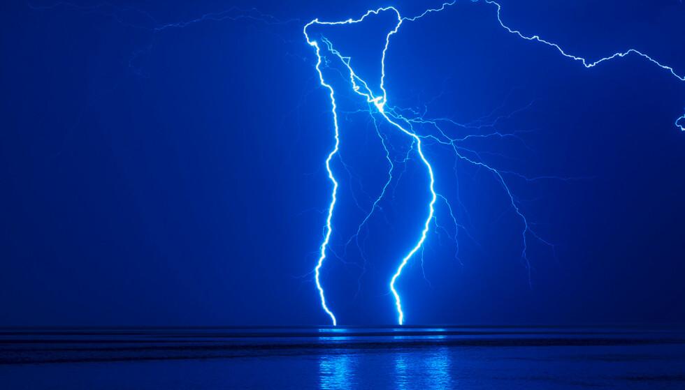 LYN: Lyn er en sterkt lysende gnist som oppstår ved en plutselig elektrisk utladning i atmosfæren. Illustrasjonsfoto. Foto: Cornelius Poppe / NTB