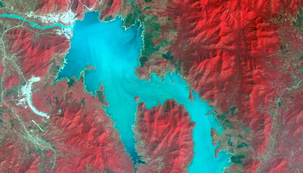 KONTROVERS: Etiopias omstridte kjempedemning i Nilen skaper igjen kontrovers, etter at landet har tatt opp arbeidet med den. Foto: NASA / METI / AIST / Japan Space Systems, and U.S. / Japan ASTER Science Team / Reuters / NTB