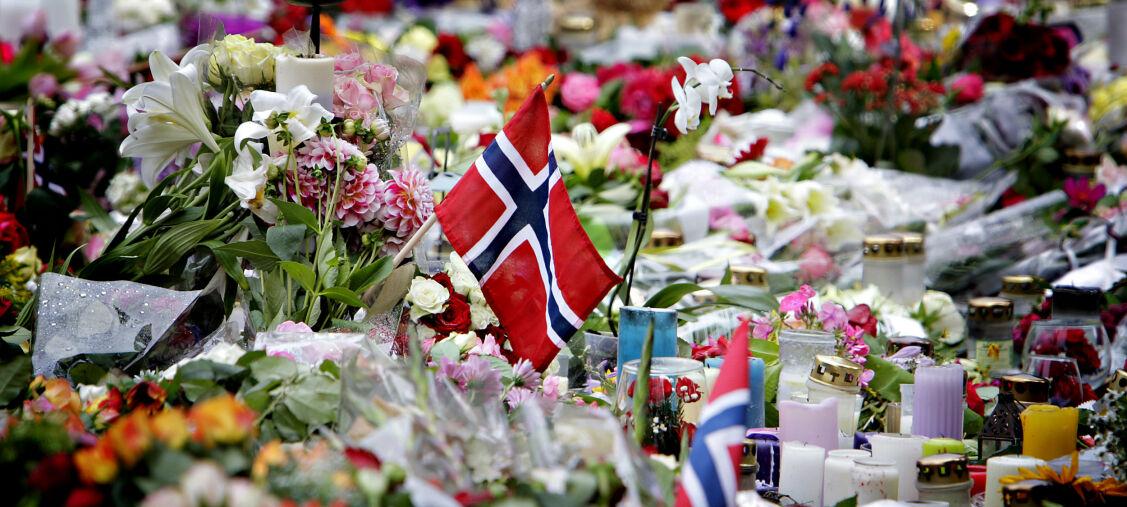 20110725 Oslo: BLOMSTERHAVET UTENFOR OSLO DOMKIRKE. Med nork flagg.  Terrorbombe i regjeringskvartalet. Foto: Lars Eivind Bones