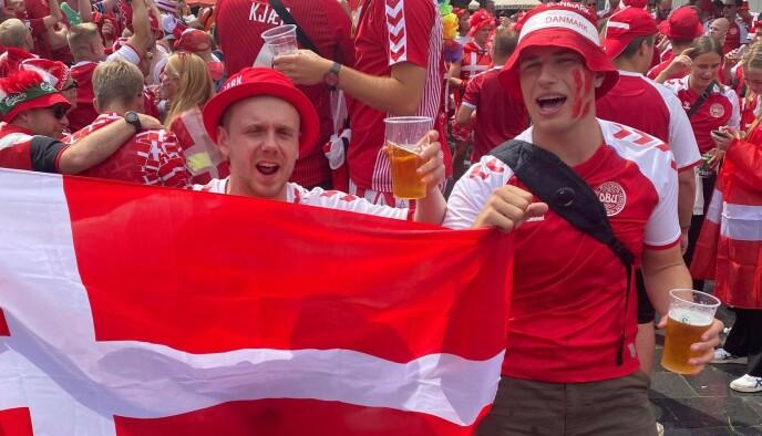 FESTKLARE: Jacob Mouritsen og de danske supporterne er klare for fotballkamp i London. Her fra Amsterdam, før åttedelsfinalen mot Wales. Foto: Privat