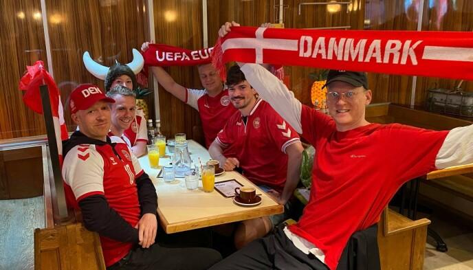 SLET: Jacob Mouritsen og de danske supporterne hadde problemer med å finne et sted å være før kampen mot England. Foto: Privat