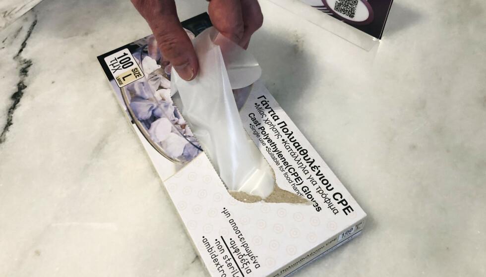 TIPS TIL NORSKE BUFFETER: Plasthansker ved inngangen til frokostsalen på Dagbladets hotell på Rhodos. Alle gjester brukte hansker ved frokostbuffeten. Foto: Nina Hansen / Dagbladet.