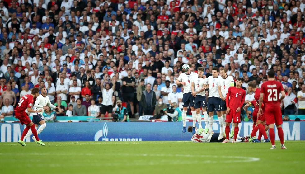 ØYEBLIKKET: Mikkel Damsgaard banker inn 1-0 for Danmark på utrolig vis. Foto: NTB Scanpix