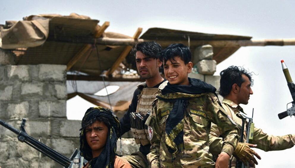 SKAL TIDLIG KRØKES: Mange av politifolkene som utdannes i Afghanistan er svært unge, helt nede i 18-årsalderen. Disse politisoldatene ble i helga satt inn mot Taliban i Kandahar-provinsen. Foto: Javed Tanveer/ AFP/NTB Scanpix