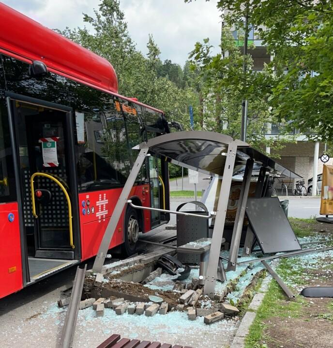 KOLLISJON: Slik så skuret ved busstoppet ut etter den dramatiske kollisjonen. Foto: Privat