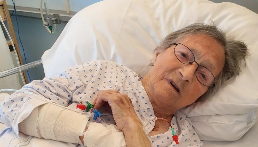 MÅTTE OPERERES: - Jeg var vel nesten helt borte, sier Ingrid Konstanse Pettersen (89) da Dagbladet spør om de første minuttene etter påkjørselen den 24. mai. Her er hun på sykehuset kort etter ulykka. Foto: Privat