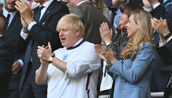 HÅP: Boris Johnson holder alle mulighetene åpne for en fridag om England skulle vinne EM-finalen. Foto: Paul ELLIS / POOL / AFP)