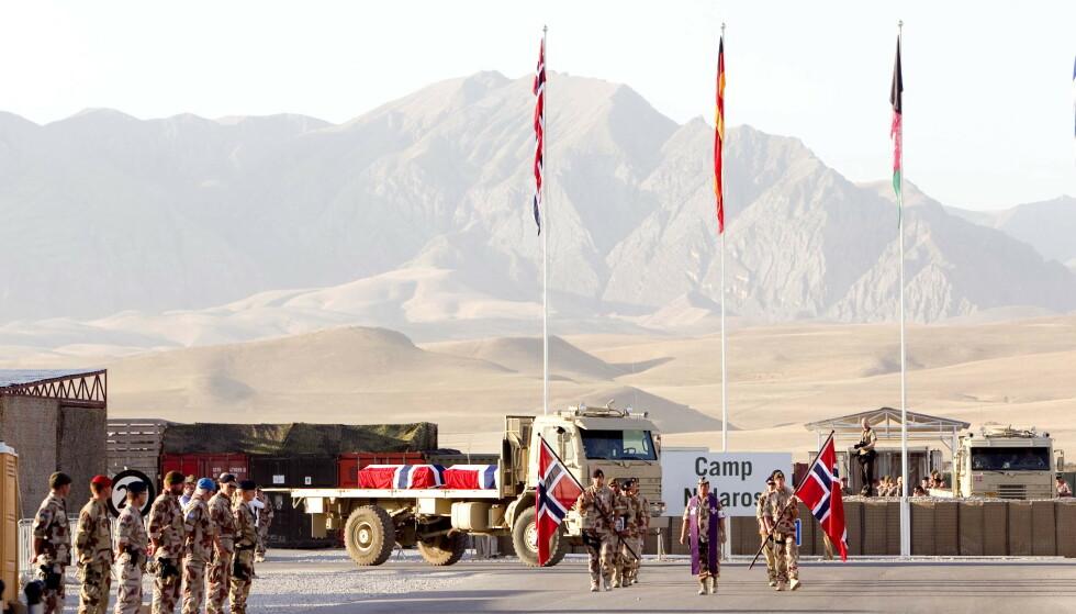 BLODIG KRIG: I juni 2010 ble fire norske soldater drept av en veibombe utenfor Maimana i Afghanistan. Her fraktes soldatene hjem i kister fra Camp Nidaros i Masar-e Sharif. Foto: Gorm Kallestad / NTB