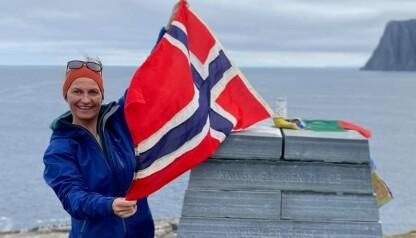 EUROPAS NORDLIGSTE PUNKT: Stina starta turen 20. juni med å gå ut til Knivskjellodden, Europas nordligste punkt. - - Det er en dagsmarsj tur-retur. Rune Gjeldnes, min gode venn og eventyrer, sendte med meg flagget han hadde med da han og Torry Larsen gikk over Nordpolen- som en motovasjon for denne turen min. Foto: Privat