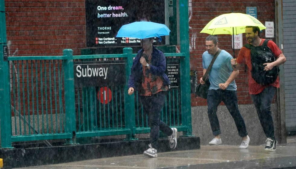 Escape from the rain: People fleeing from the rain at a subway station in New York's Chelsea district.  Photo: NDP Scanpix / Timothy A.  Clary / AFP