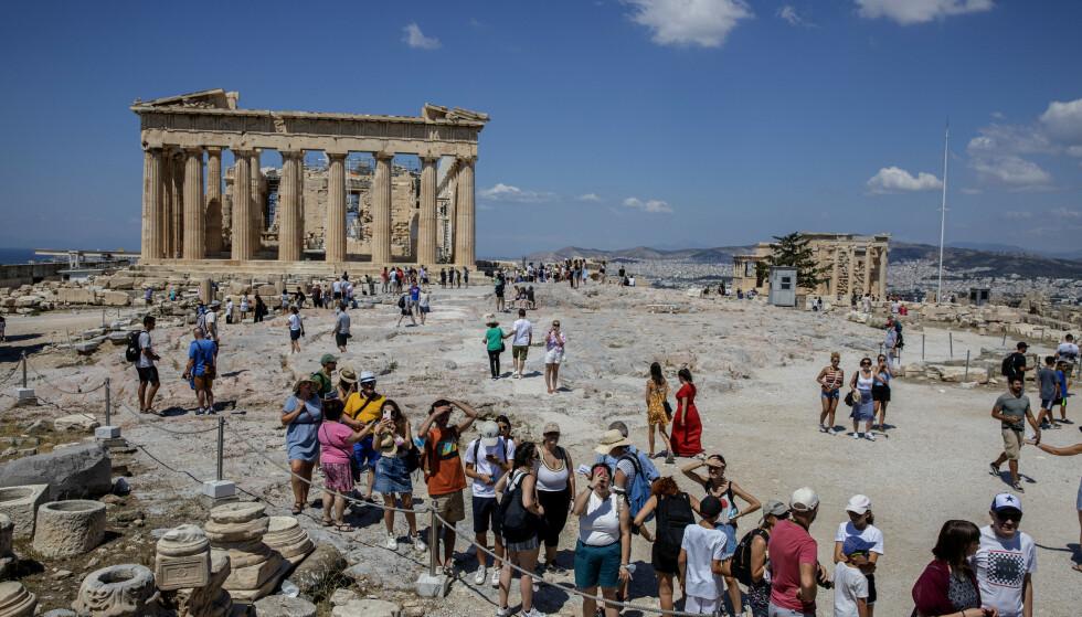 PARTHENON: Det verdenskjente, snart 2 500 år gamle søylebygget oppe på Akropolis med utsikt til havet og havnebyen Pirues rett bak. Foto: Nina Hansen / Dagbladet.