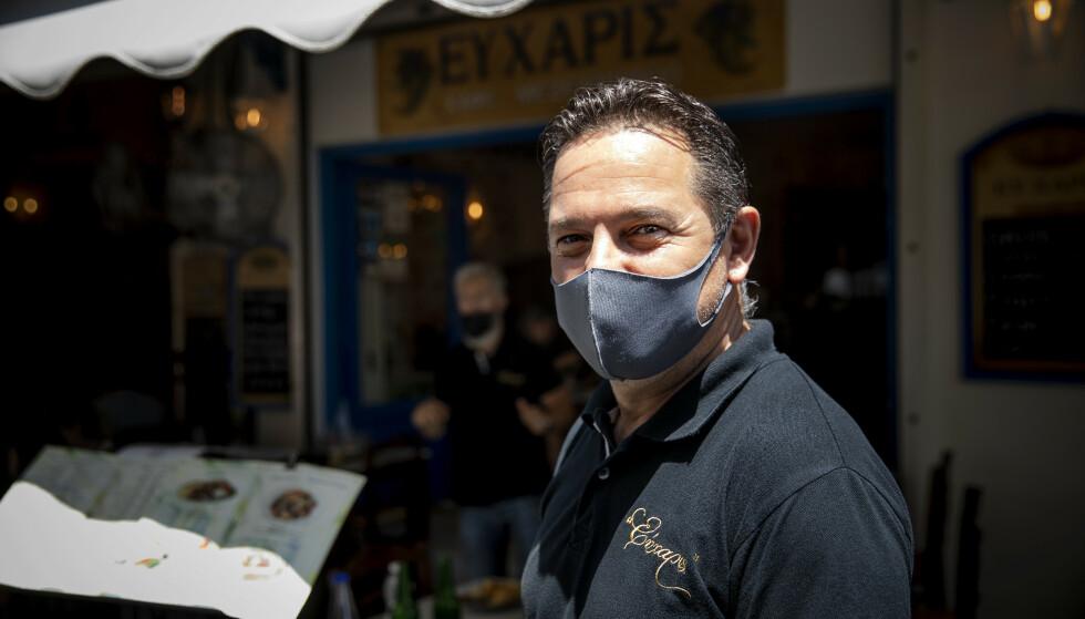 TILBAKE ETTER KATASTROFEÅRET 2020: Restaurantmannen George Takis har et våkent øye for turister på vei opp eller ned fra Akropolis. Foto: Nina Hansen / Dagbladet.