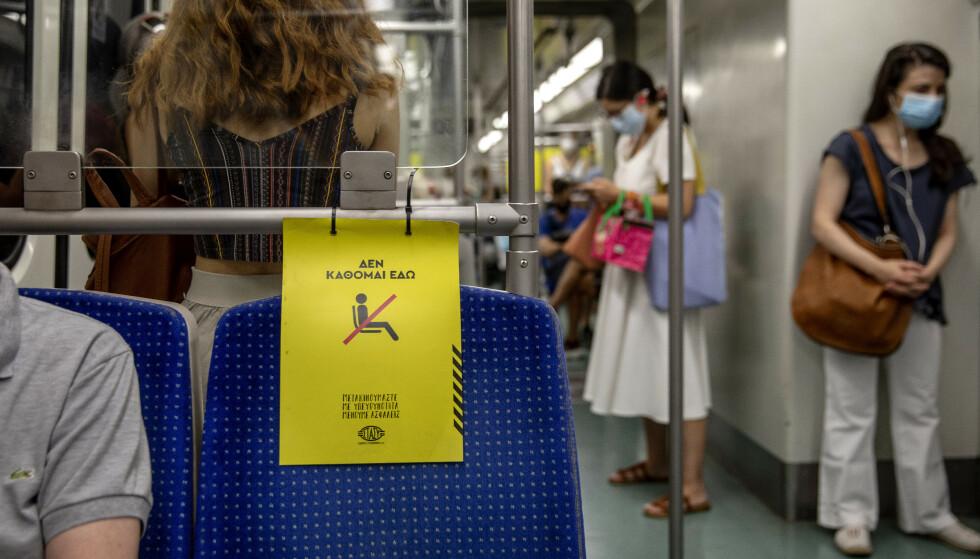 MUNNBIND: Strengt med munnbund og avstand på offentlig transport i Aten og på Rhodos, her på metroen fra flyplassen i Aten. Foto: Nina Hansen / Dagbladet.