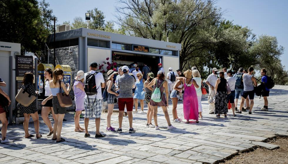 BILLETTKØ: En halvtimes billettkø utenfor verdensarven på Akropolis allerede før klokka 11 om formiddagen. Foto: Nina Hansen Dagbladet.